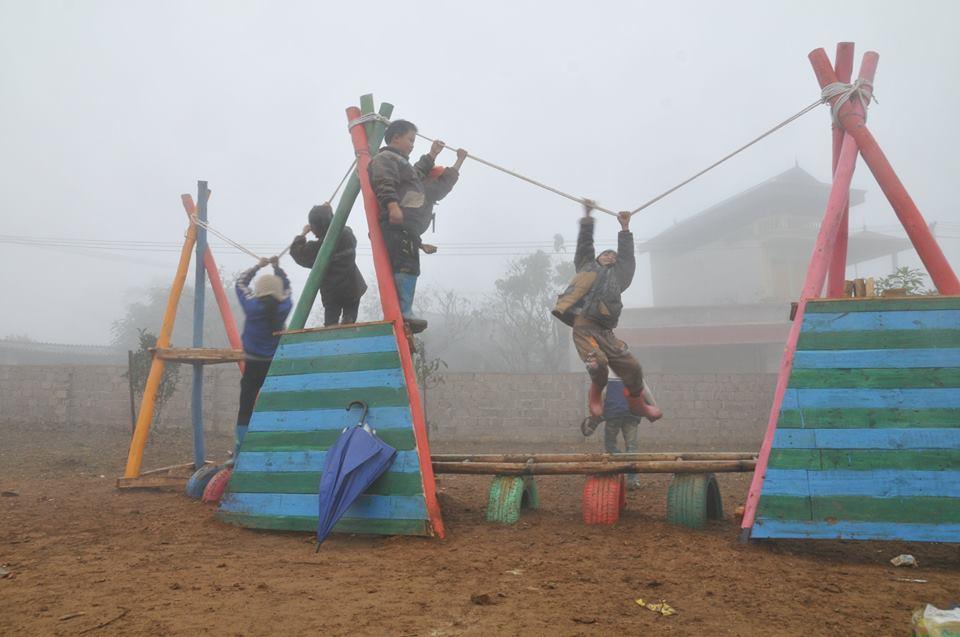 Sân chơi trường tiểu học và mấu giáo Suối Lìn, Vân Hồ, Sơn La. ( 2015 )
